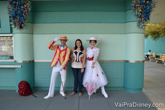 Foto da Renata com a Mary Poppins e o Bert no Character Palooza, no portal da entrada do Hollywood Studios