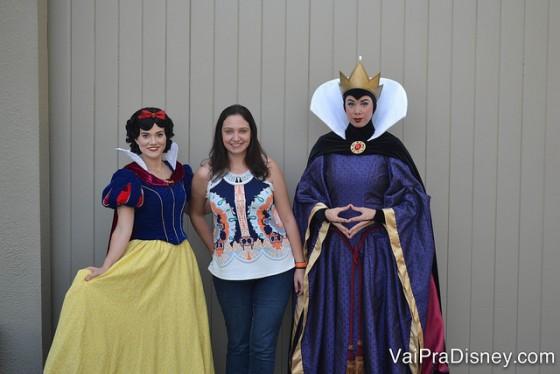 Foto da Renata com a Rainha Má e a Branca de Neve durante o Character Palooza