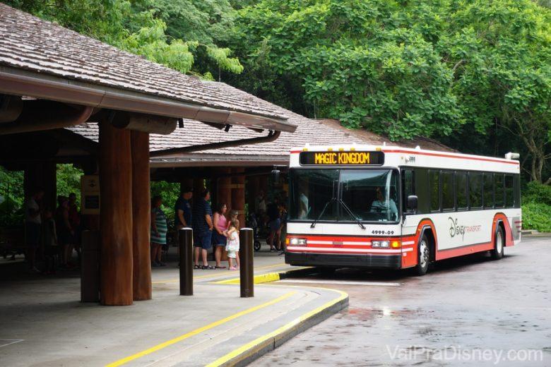 Transporte interno entre os parques, hotéis e Disney Springs. Uma mão na roda e ainda por cima, sem pagar nada