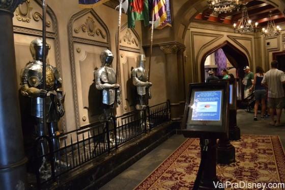 O corredor onde se forma a fila do restaurante. As armaduras ficam falando como se fossem pessoas presas ali pelo encantamento da bruxa (como a Fera e os outros personagens do filme)