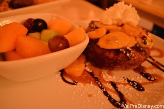 Meu prato apesar de muuuuito doce, era bem feito. Foto de uma sobremesa no prato, com um potinho de frutas ao lado