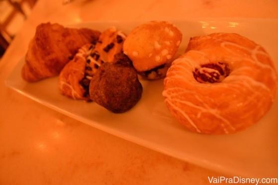 Foto dos pães no café-da-manhã do restaurante, em um prato comprido.