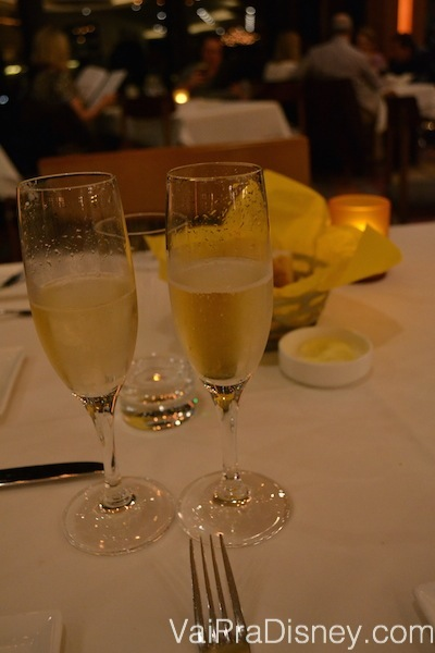 Começamos ali com um brinde pelo aniversário de casamento. :)