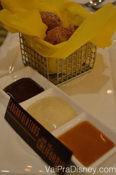 Banana Fritters, uma espécie de bolinho de chuva com banana. Veio acompanhado de 3 coberturas deliciosas: chocolate, caramelo e manteiga de amendoim! <3