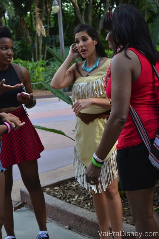 Foto da Pocahontas com visitantes durante o Character Palooza.