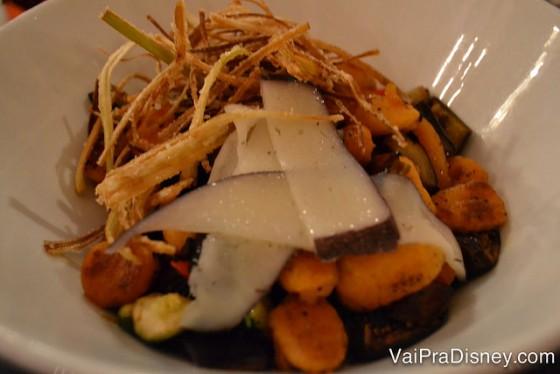Gnocchi com vegetais assados. Delicioso!