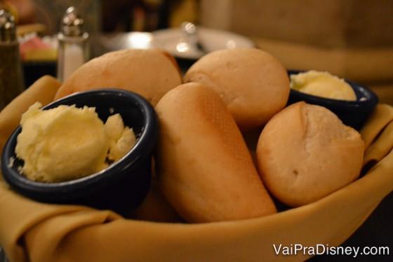A cesta de pães veio super quentinha para a nossa mesa. Estava delicioso.