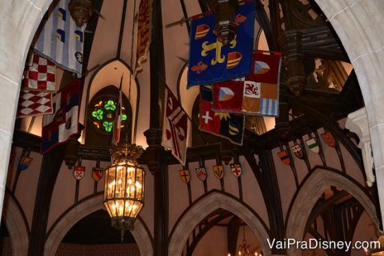 Decoração do teto bem no estilo castelo de antigamento, no Cinderella's Royal Table.
