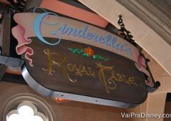 Cinderella's Royal Table é um dos restaurantes no Magic Kingdom que aceita reservas para café desde antes do parque abrir.