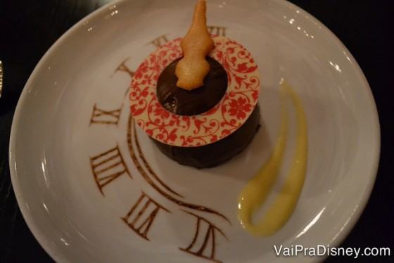 No Cinderella's Royal table além do encontro com personagens, a comida é muito boa e bem apresentada. Olha o detalhe da decoração dessa sobremesa: é o relógio a meia noite, como na história.