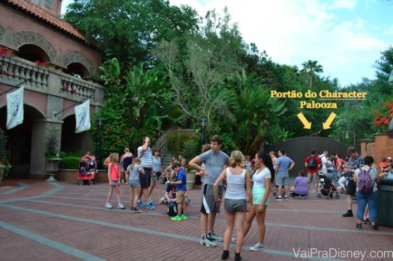 Foto indicando o portão onde acontecia o evento antes (agora ele acontece na entrada do parque)