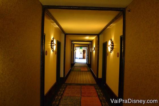 O corredor sem fim até chegar no quarto.