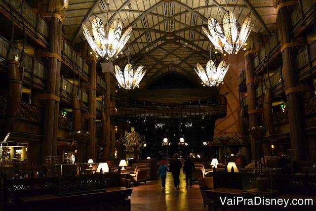O imponente lobby do hotel de noite.