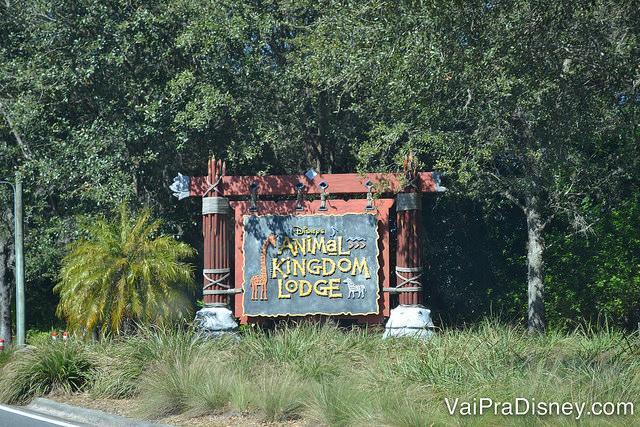 Placa na entrada do Animal Kingdom Lodge, com uma girafa ao lado do nome do hotel