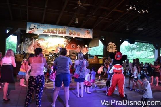 Mens conhecido entre brasileiros, o Mickey's Backyard BBQ também é super disputado. Afinal, te permite não só ver, mas dançar com os personagens!