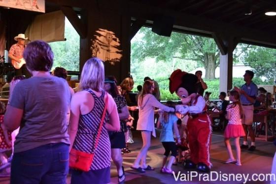 Mickey dançando com algumas crianças durante o Mickey's Backyard BBQ.