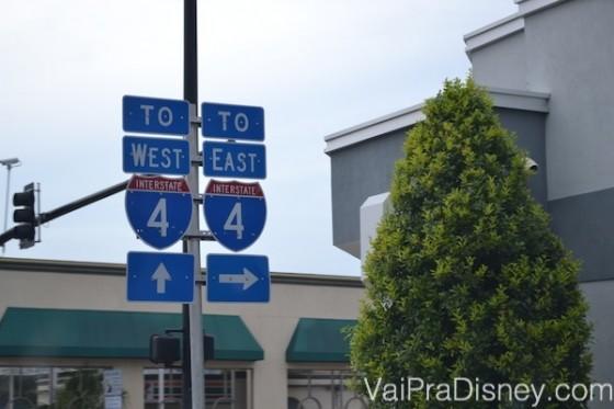 Entendeu a I-4, você praticamente já aprendeu a andar em Orlando!  Foto das placas na I-4 em Orlando indicando West e East