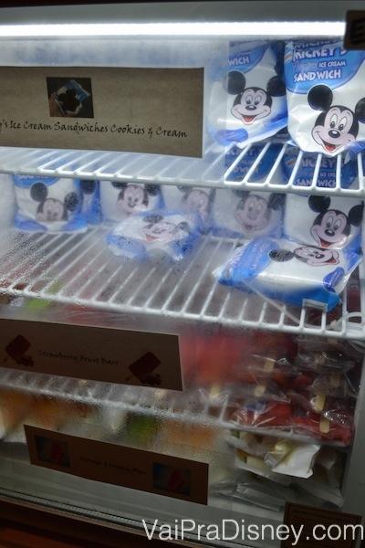 Foto da geladeira por dentro, repleta de sanduíche de sorvete do Mickey