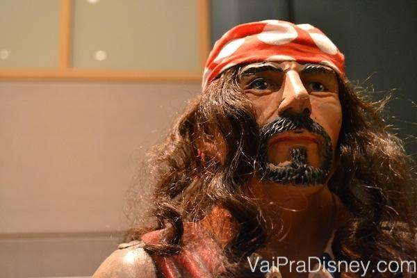 Foto da estátua de pirata na recepção da Pirates & Pals Fireworks Voyage