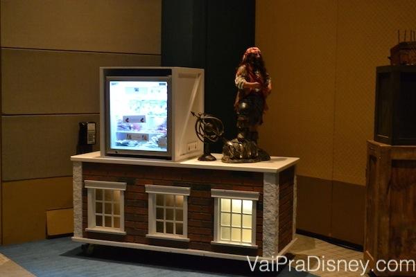 Foto da  geladeirinha com uma estátua de pirata em cima