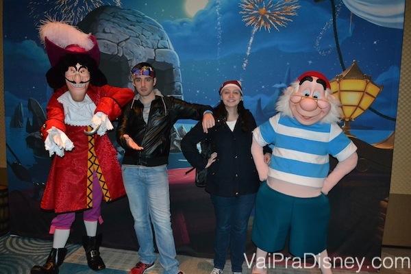 Foto da Renata e do Felipe com o Capitão Gancho e o Mr.Smee