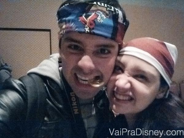 Foto da Renata e do Felipe de bandanas na Pirates & Pals Fireworks Voyage