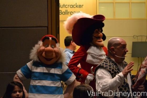 Foto do Capitão Gancho e do Mr. Smee junto do guia do Pirates & Pals.