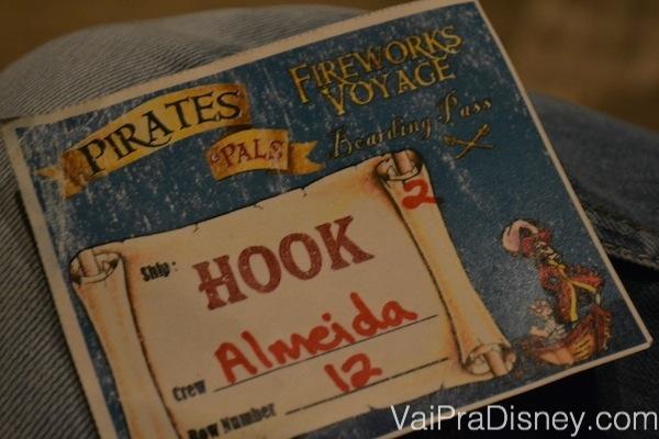 Foto do cartão recebido na recepção do Pirates & Pals Fireworks Voyage dizendo em qual dos barcos você embarcará (o nosso era do Captain Hook)