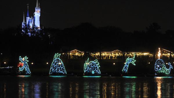 Foto das luzes sobre o lago no Electrical Water Pageant, um show pré-fogos.