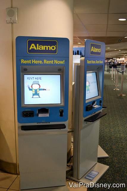 Totem de atendimento da Alamo no aeroporto de Orlando. Sem interagir com ninguém e em português