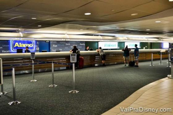 Balcão das locadoras de carro no aeroporto de Orlando
