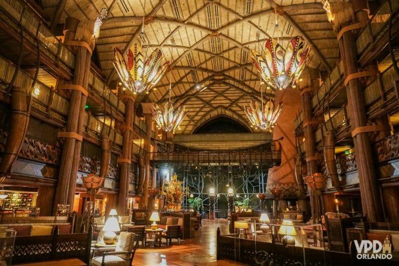 O lobby visto da entrada, com o vidro da savana ao fundo. É realmente impressionante!