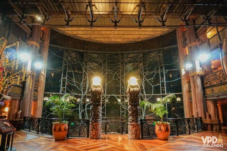 Detalhe do fundo da recepção do Animal Kingdom Lodge em vidro