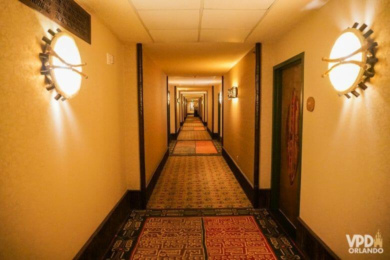 O corredor imenso que leva até os quartos do Animal Kingdom Lodge