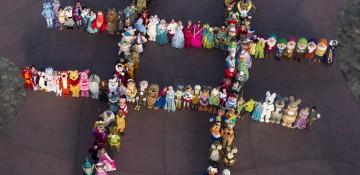 Foto de muitos personagens da Disney reunidos, organizados e formando uma letra H vista de cima, durante o Character Palooza, que acontece no Hollywood Studios