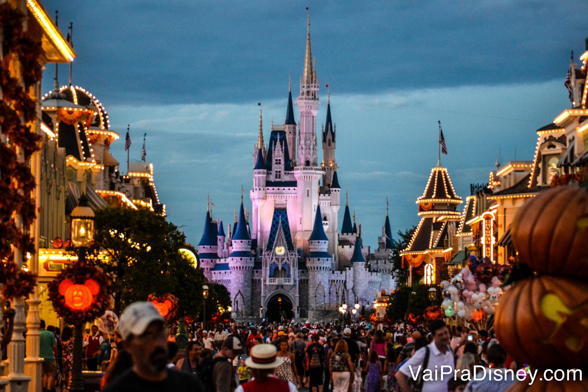 Parque um pouco mais cheio nos dias sem festa, quando tem apresentação do Wishes e mais horas de parque aberto.