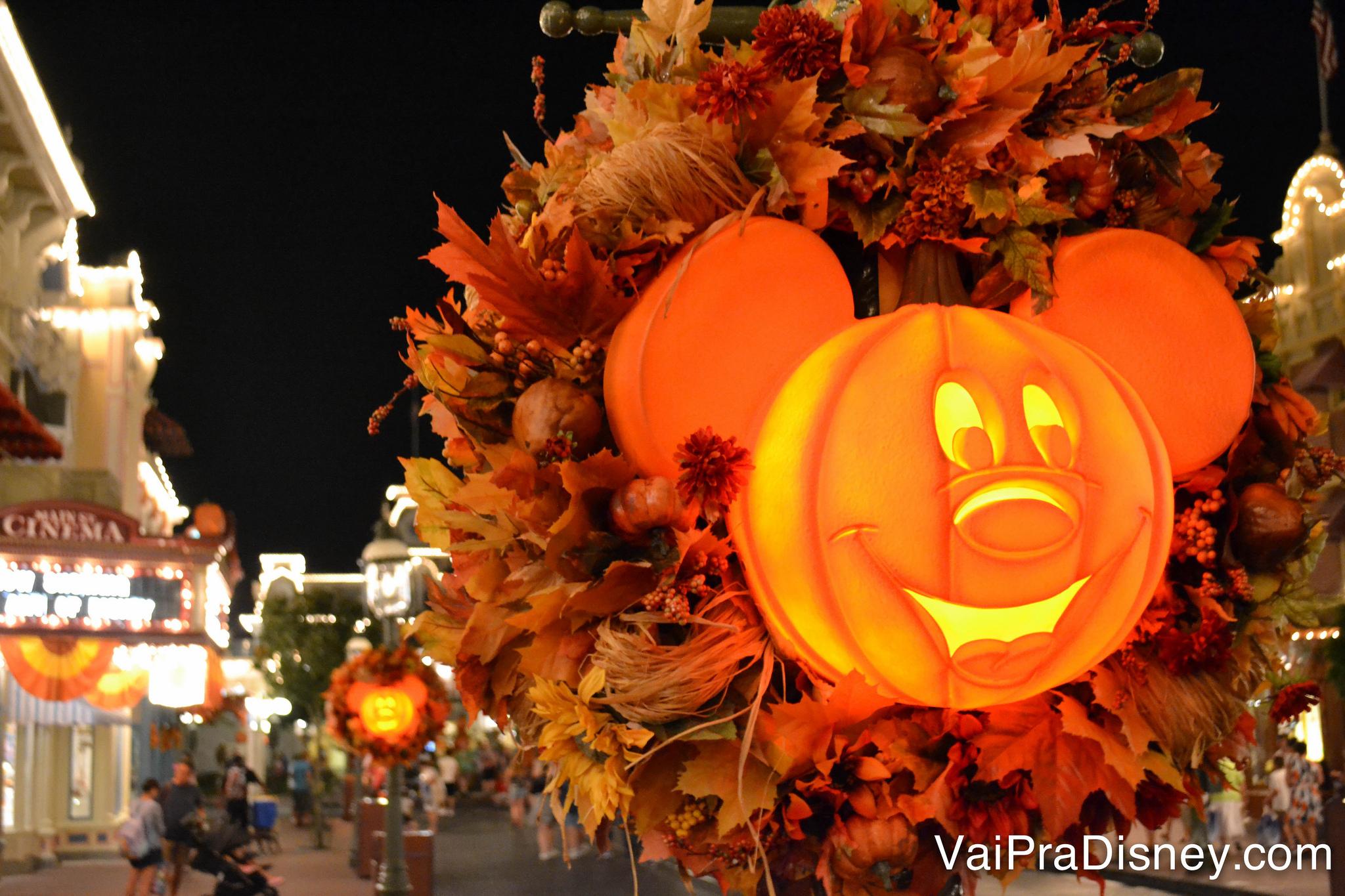 Desde o começo de setembro já é possível ver a decoração de Halloween pelo Magic Kingdom.