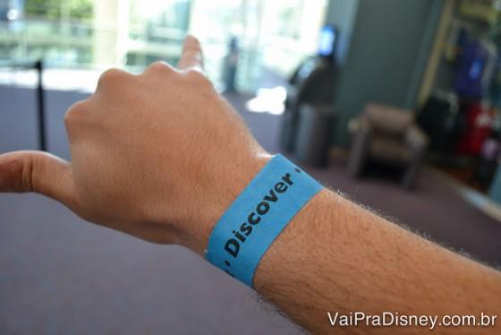 """Ingresso do Orlando Science Center é uma pulseira. Não sei porquê eu fiz esse """"hang loose"""". Perdão!"""