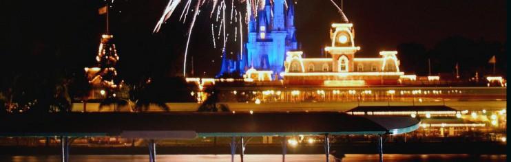 Foto divulgação da Disney que representa muito bem a beleza de ver os fogos da Seven Seas Lagoon.
