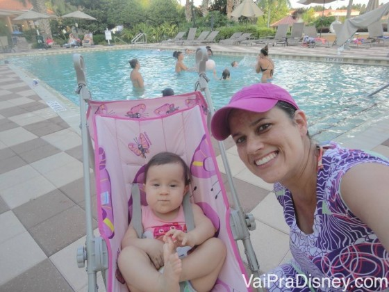 Roberta e Carol na piscina do condomínio onde alugamos a casa.