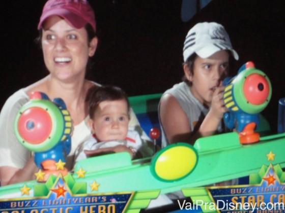 Carolzinha se divertindo muito no Buzz Lightyear no Magic Kingdom