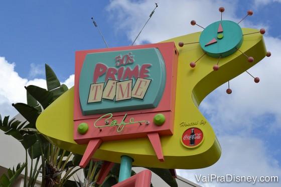 Foto da placa colorida do 50s Prime Time Cafe no Hollywood Studios
