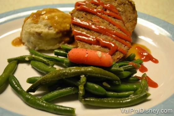 O prato no 50s Prime Time Cafe, com carne, purê de batata e vagem