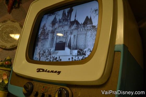 """TV antiga que ficava na nossa """"mesa da cozinha""""."""