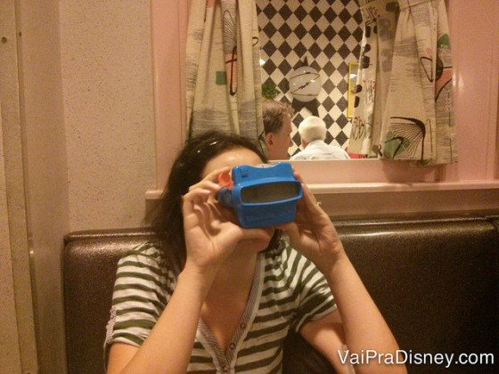 Foto da Renata com o cardápio de sobremesa de brinquedo.