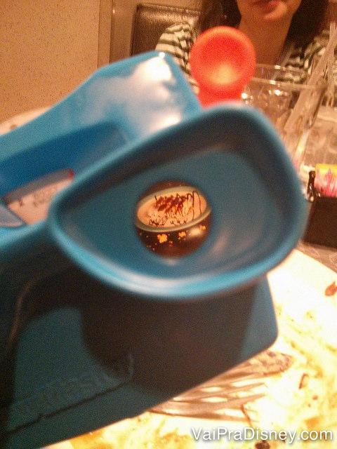 Foto dos S'mores dentro do projetor de brinquedo que é também um cardápio