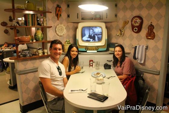 Foto da Renata com os amigos na mesa do 50s Prime Time Cafe