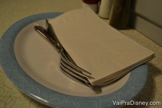 Foto dos pratos, talheres e guardanapos na mesa do 50s Prime Time Café