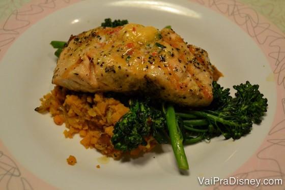 Foto do prato com o salmão acompanhado de legumes