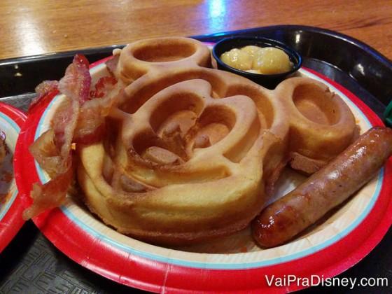 Confesso que eu ignoro as proteínas do prato e foco no waffle com a cobertura de banana. Delicioso!